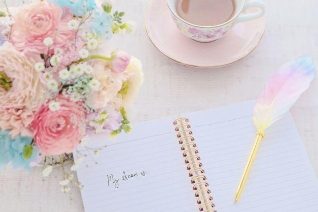 ノートと花とコーヒーカップ
